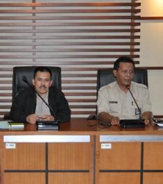 Direktur Kepangkatan dan Mutasi PNS Sayadi (kiri) dan Kepala Bagian Humas BKN Tumpak Hutabarat saat temui ICW.