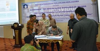 Penandatanganan Perjanjian Kerjasama oleh Kepala BKN Eko Sutrisno (kanan) dan Ketua Harian Bapertarum PNS Djan Faridz