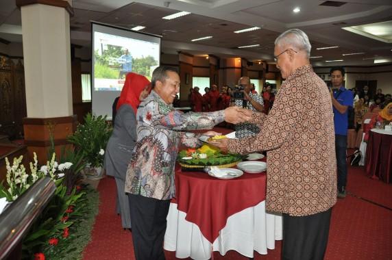 Kepala BKN Eko Sutrisno memberikan potongan tumpeng kepada mantan pejabat BKN
