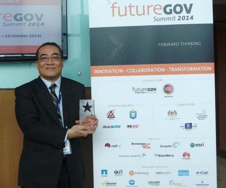 Wakil Kepala BKN Bima Haria Wibisana terima Plakat Penghargaan ASEAN Public Sector Organisation of the Year.