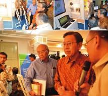 Wakil Presiden Boediono saat mengunjungi stand BKN.