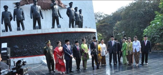 Jokowi bersama jajaran kabinet kerja saat di Monumen Pancasila Sakti, Lubang Buaya. (foto: humasbkn/kis)
