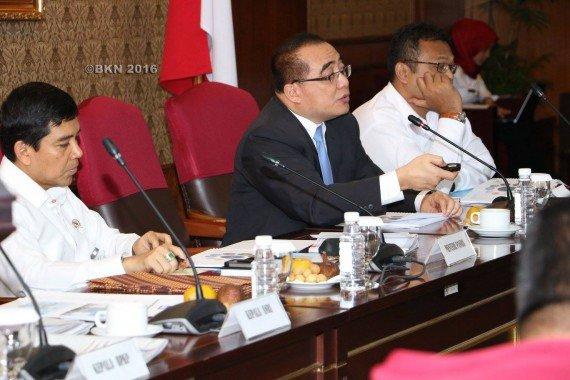 Kepala BKN memaparkan hasil finalisasi PUPNS. (foto: kis)