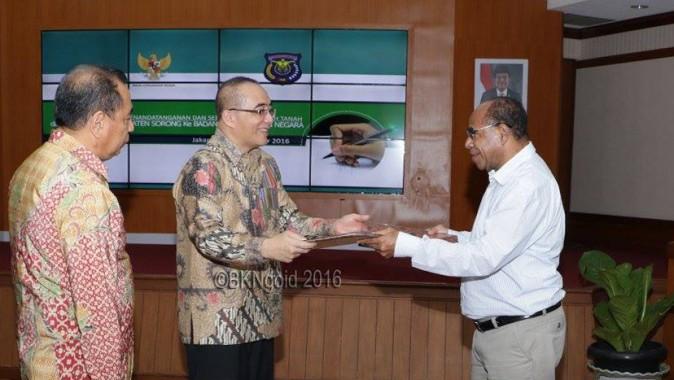 Penyerahan serah terima hibah tanah dari Pemkab Sorong kepada BKN. (foto: kis)