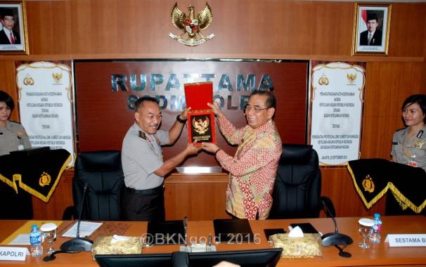 Polri memberikan suvenir kepada BKN. (Foto: geng)