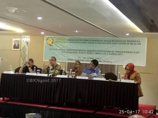 Bima (nomor dua dari kiri) saat menjadi pembicara pada acara Sosialisasi dan Eksistensi Sistem Akreditasi Pendidikan Tinggi Kesehatan. (foto: gio)
