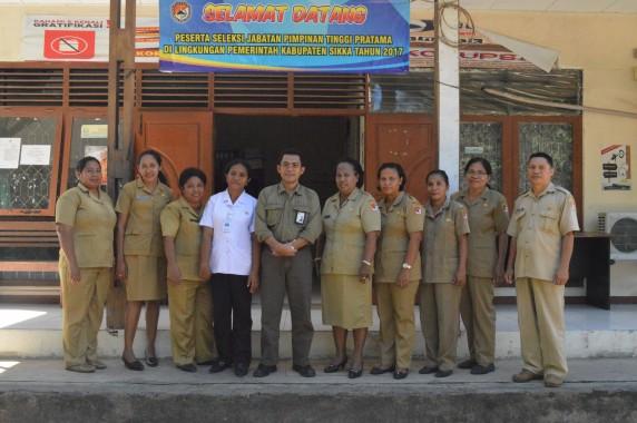 Dince (baju putih), Kepala Biro Humas BKN (sebelah kanan Dince) dan rekan-rekan dince di Pemerintahan Kabupaten Sikka. (foto: ber)