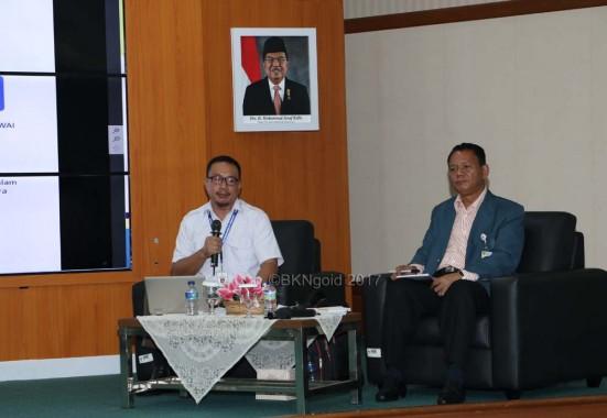 Istyadi Insani dari Kementerian Pendayagunaan Aparatur Negara & Reformasi Birokrasi (baju putih). (foto: kis)