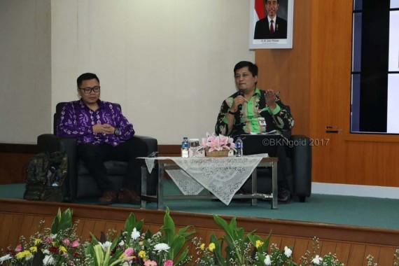 Yogi Suprayogi Sugandi dari Departemen Administrasi Publik Universitas Padjadjaran Bandung dan Kepala BKD Provinsi Jawa Tengah Arief Irwanto.(foto: kis)