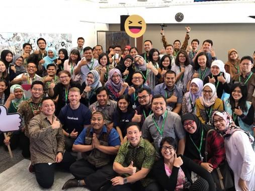 Peserta sesi kedua pelatihan berfoto bersama pemateri. (foto dok. Facebook Indonesia)