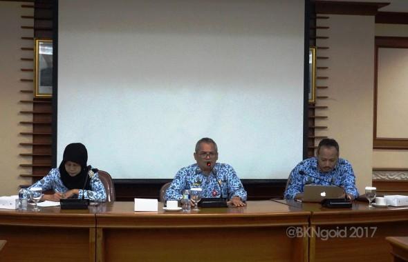 Deputi Bidang SINKA Iwan Hermanto (tengah) memimpin Rapat Persiapan Persiapan Infrastruktur CAT  di ruang rapat gedung II lantai 2 BKN Pusat, Jakarta (2/10/2017).(foto: aman)
