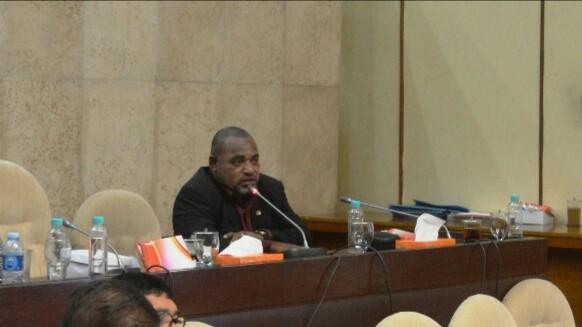 Anggota dewan dari fraksi Demokrat Libert Kristo Ibo memberikan apresiasi kepada BKN karena menjadikan pelayanan kepegawaian di Propinsi Papua dan Papua Barat sebagai prioritas nasional. (Foto: aman)
