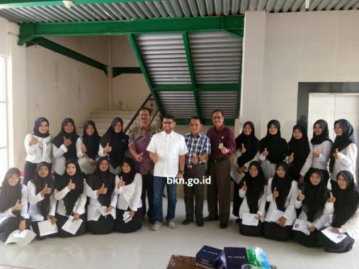 Anggota DPR RI, Nasir Djamil (baju putih) didampingi Kepala Kanreg Aceh BKN, Makmur Ibrahim menyempatkan diri berfoto bersama peserta Seleksi Kompetensi Dasar (SKD) Computer Assisted Test (CAT) rekrutmen CPNS Kementerian Hukum dan Hak Asasi Manusia (Kemenkum dan HAM) yang digelar di Universitas Abulyatama, Aceh, Minggu (1/10/2017). (Doc Herman humas)